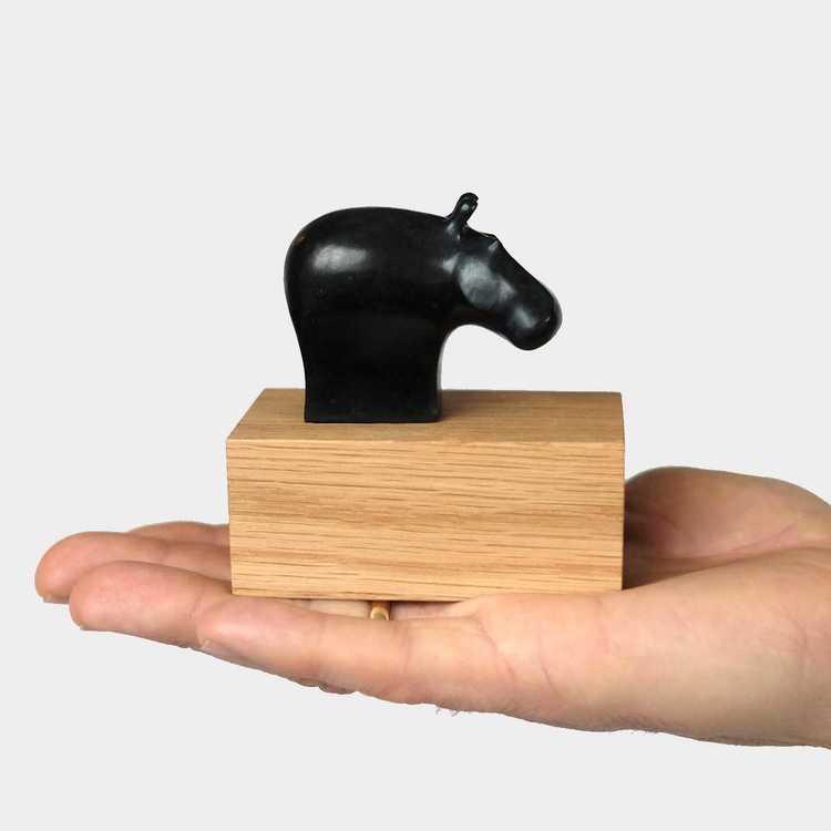 """""""Hippo"""" - Svartpatinerad brons på eksockel"""