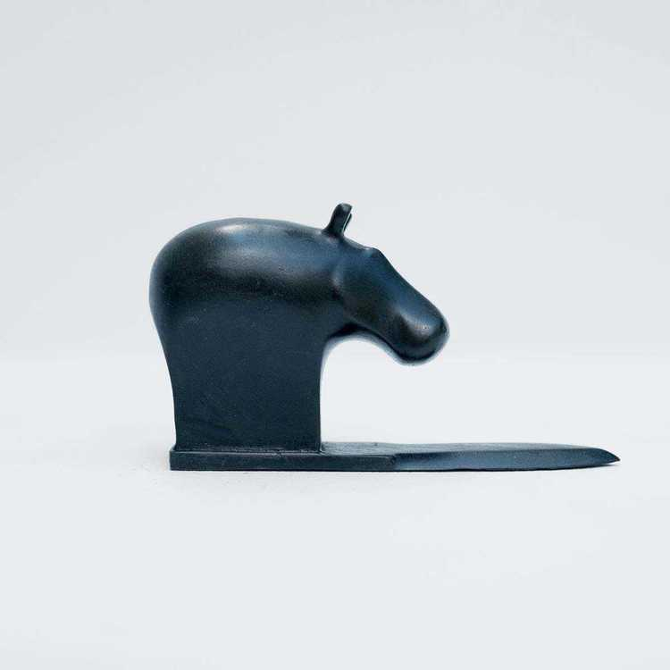 """""""Hippo"""" - Svartpatinerad brons på brevknivssockel"""