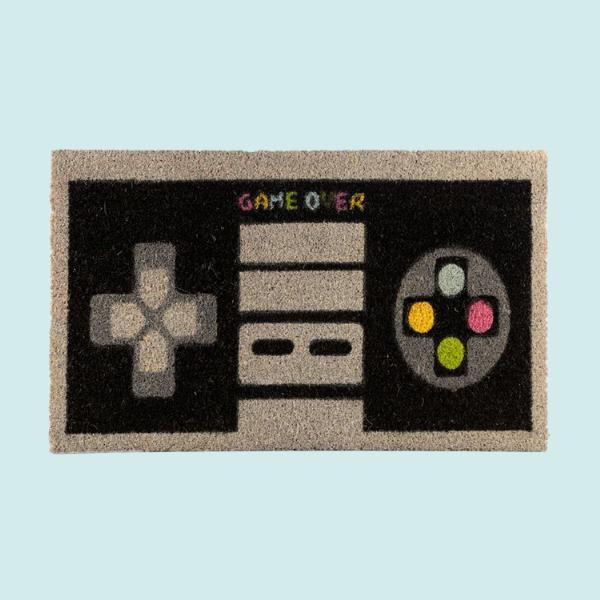 dörrmatta för videospelspelare i form av en videospelkontroller