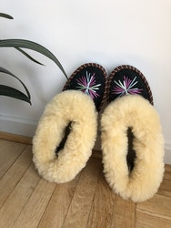 Sheepskin slippers with embroidery