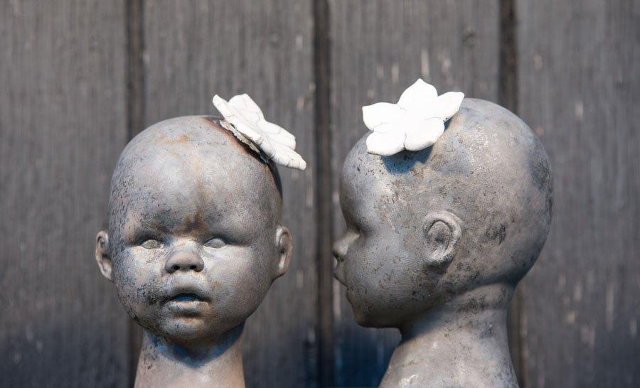 Svart med vit blomma/Black with white flower
