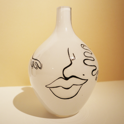 Vit handmålad vas, 22 cm
