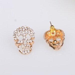 DIAMONDS AND RUST - Örhängen med döskallar och blingbling