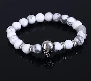 UPTOWN FUNK - Vitt armband med pärlor och döskallar