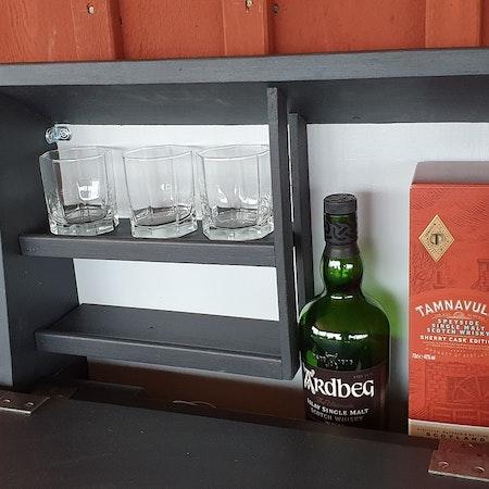"""Vägghängt bord """"Whiskygömma"""""""