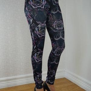 Svart leggings med lila rosor