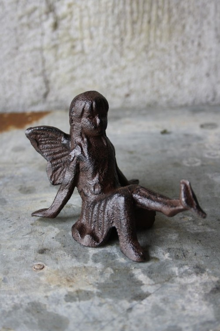 Lilla Täppan sittande fe i gjutjärn.