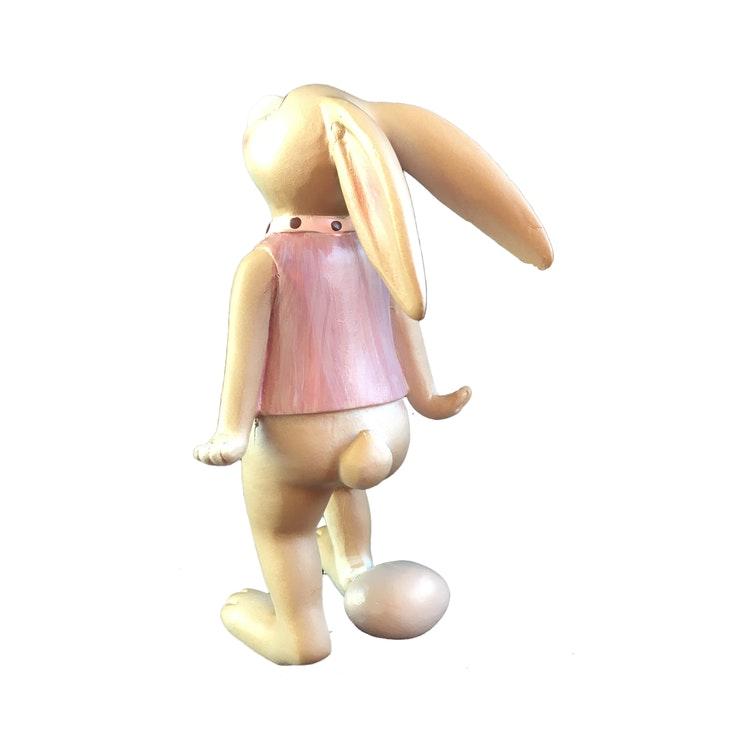Kaninpojke gör dekoration I barnrummet.