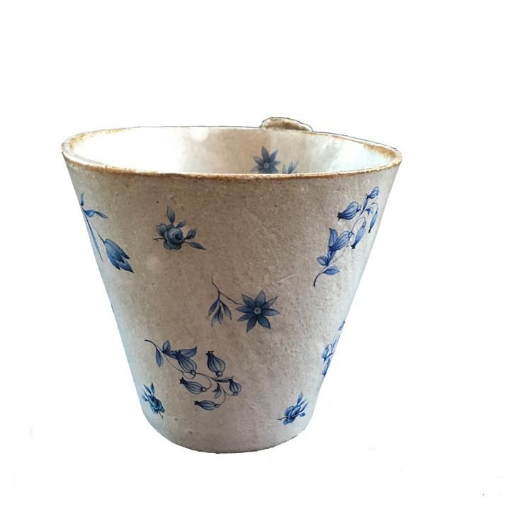 Keramikmugg strösslad med blå blommor