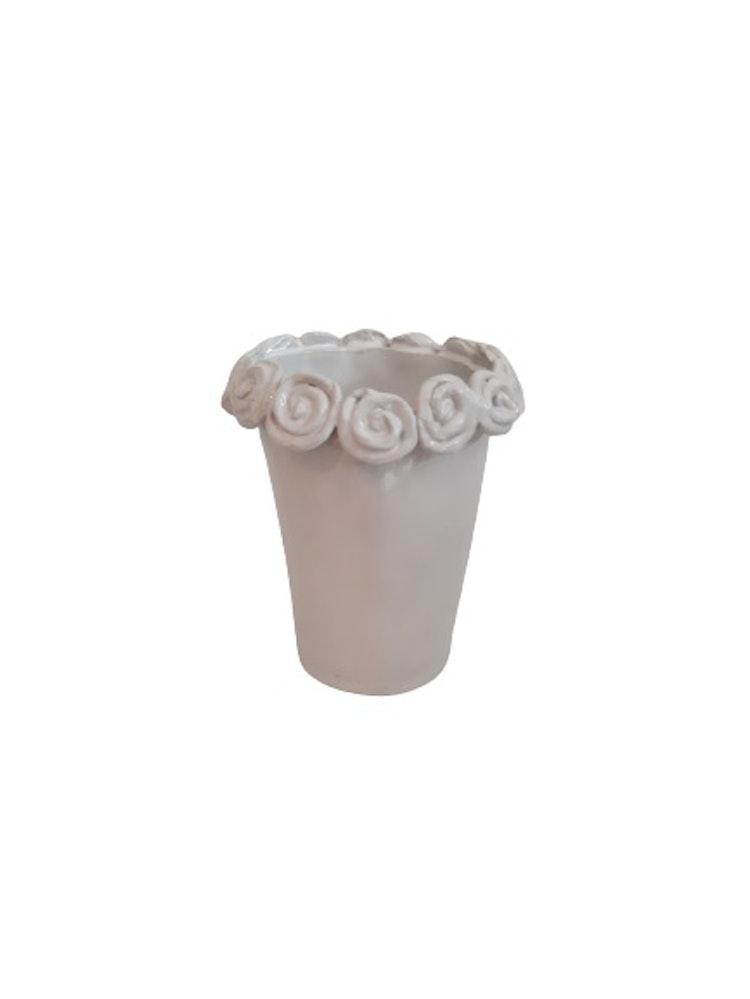 Handgjord blomkruka eller blomvas med rosor runt kanten