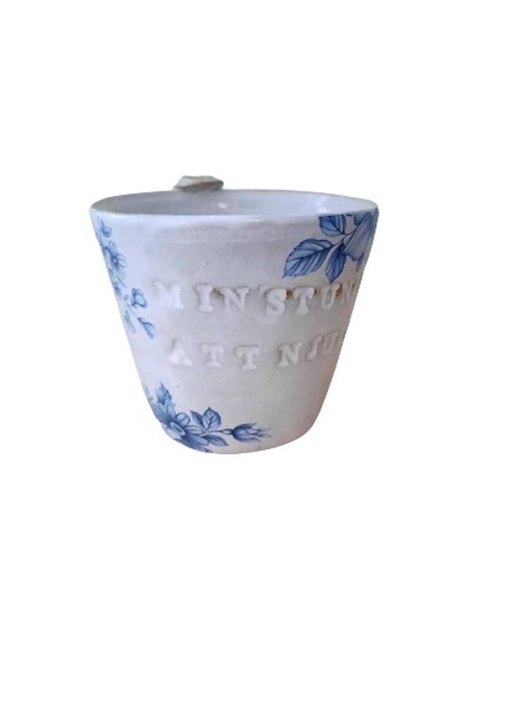 Lilla Täppan Handdrejad keramikmugg med texten min stund att njuta.