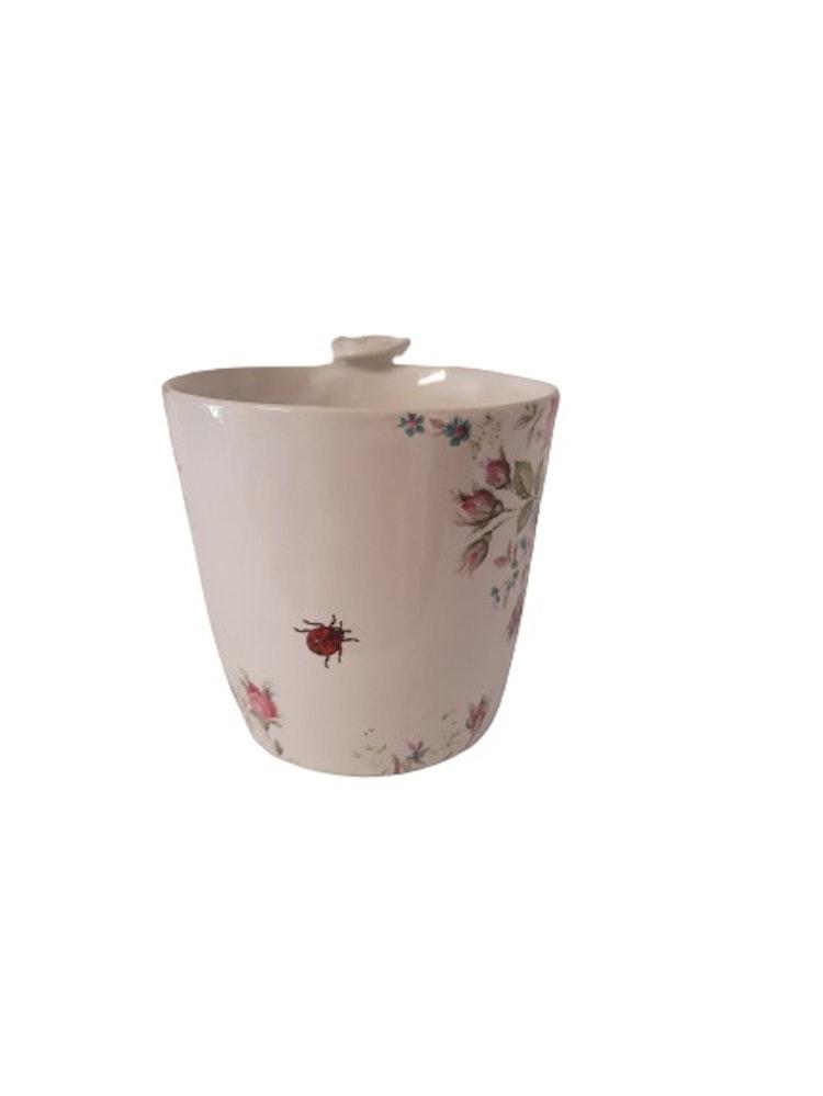 lilla täppan handgjord keramikkopp med rosor och nyckelpiga.