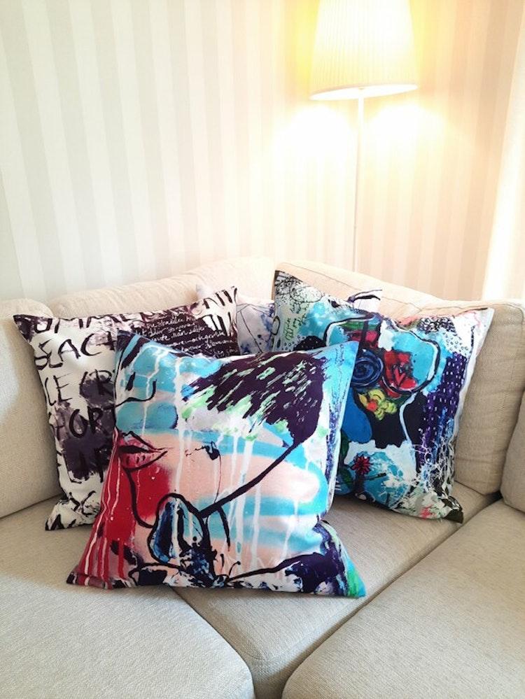 Lilla Täppan soffkuddar i olika motiv med känsla av sammet.