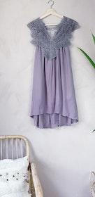 Klänning med virkade detaljer i storlek onesize