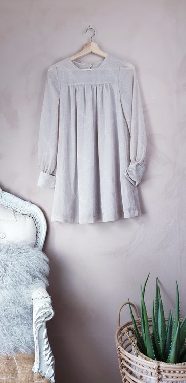 H&M klänning med rosett storlek medium