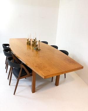 Rombformat stort matbord i teak