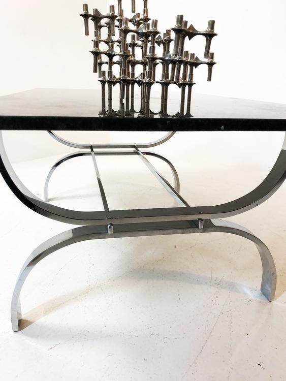 Exklusivt soffbord i krom och Larvikit