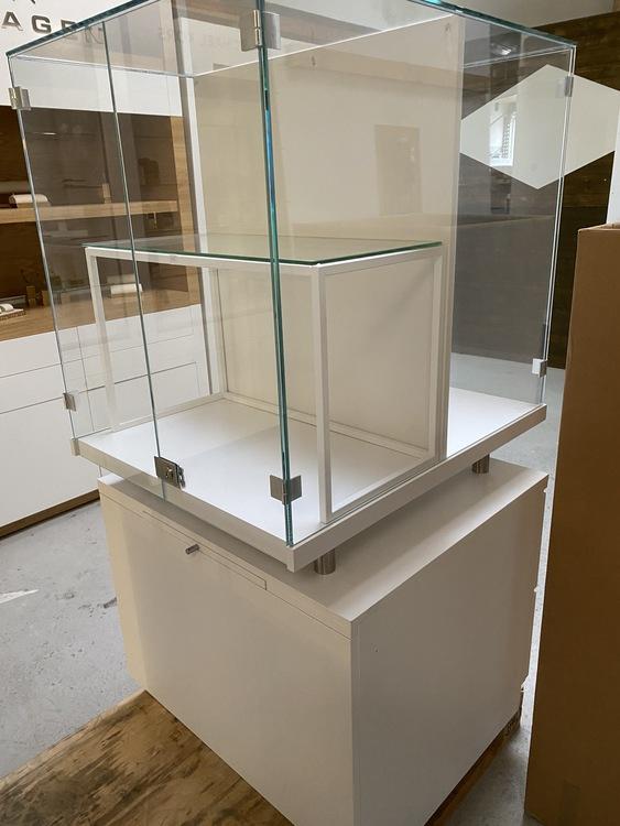 2 styck Glasmontrar med skylt på 2 sidor