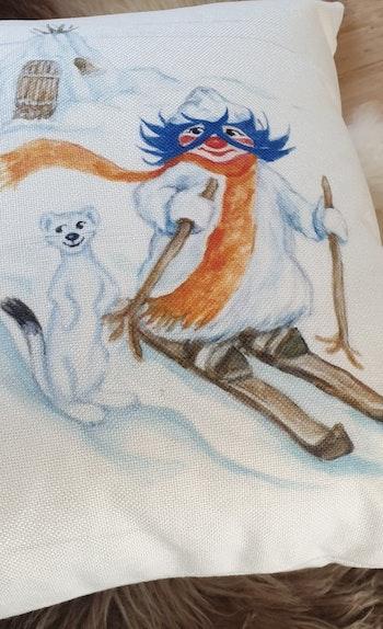 "Kuddfodral: Stikkan Design ""Plupp åker skidor"""