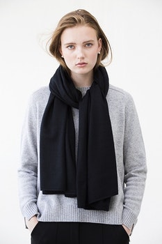 TEA. Cashmere shawl in black