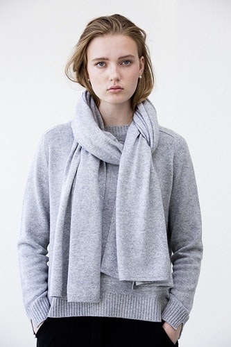 TEA. Cashmere shawl in light grey.