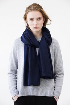 TEA. Cashmere shawl in navy blue.