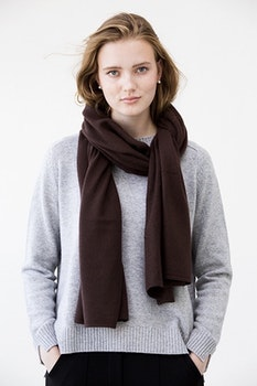 TEA. Cashmere shawl in dark brown.