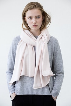 TEA. Cashmere shawl in powder pink.