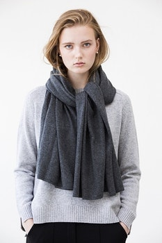 TEA. Cashmere shawl in dark grey.