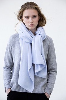 TEA. Cashmere shawl in light blue.