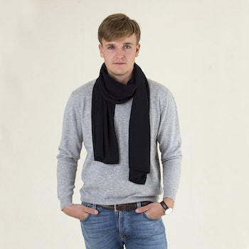 ALEX. Cashmere scarf in 100% cashmere. Navy blue.