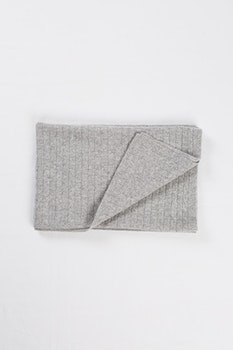 PETRA. Cashmere blanket in 100% cashmere. Light grey.