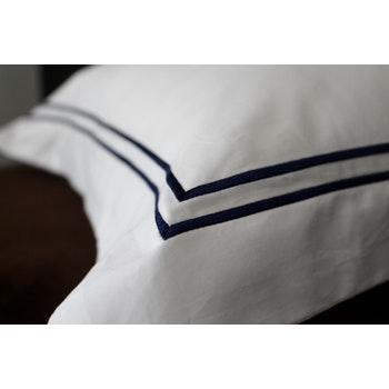 MARSTRAND pillowcase with navy blue embroidery in Egyptian cotton 50x90 cm.