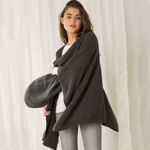 AGNES. Cape in 100% cashmere. Dark Grey