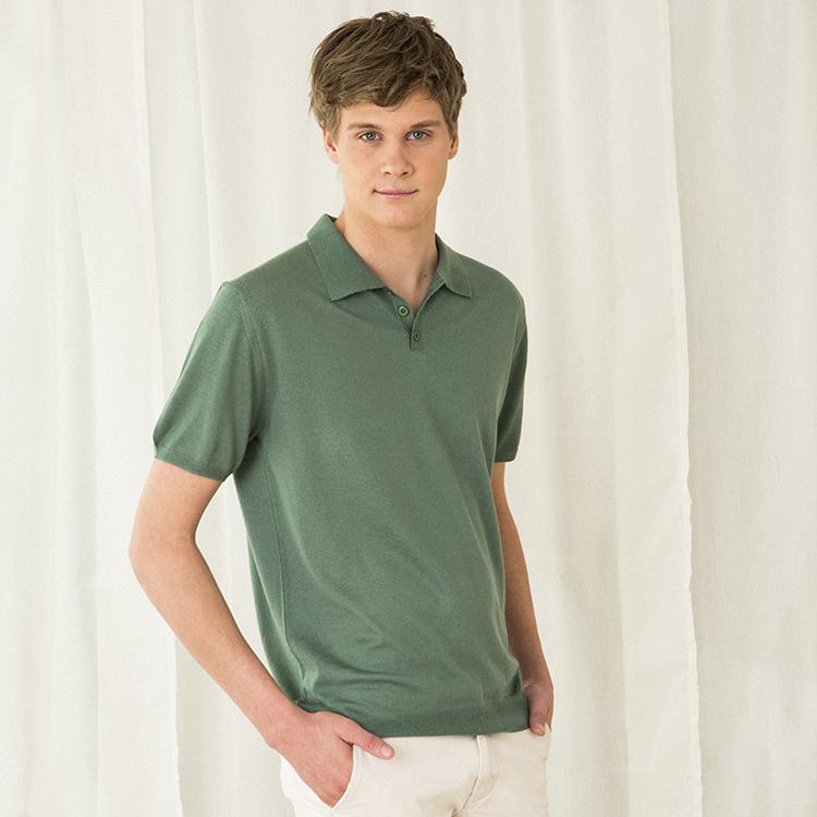 PETTER. Kortärmad krag t-shirt stickad i tunn kashmir. Salvia