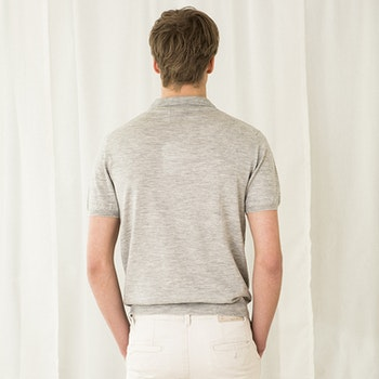 PETTER. Short-sleeved collar t-shirt knitted in thin cashmere. Light grey