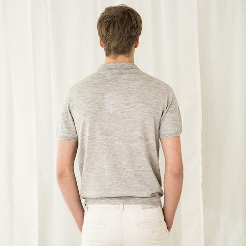PETTER. Kortärmad krag t-shirt stickad i tunn kashmir. Ljusgrå