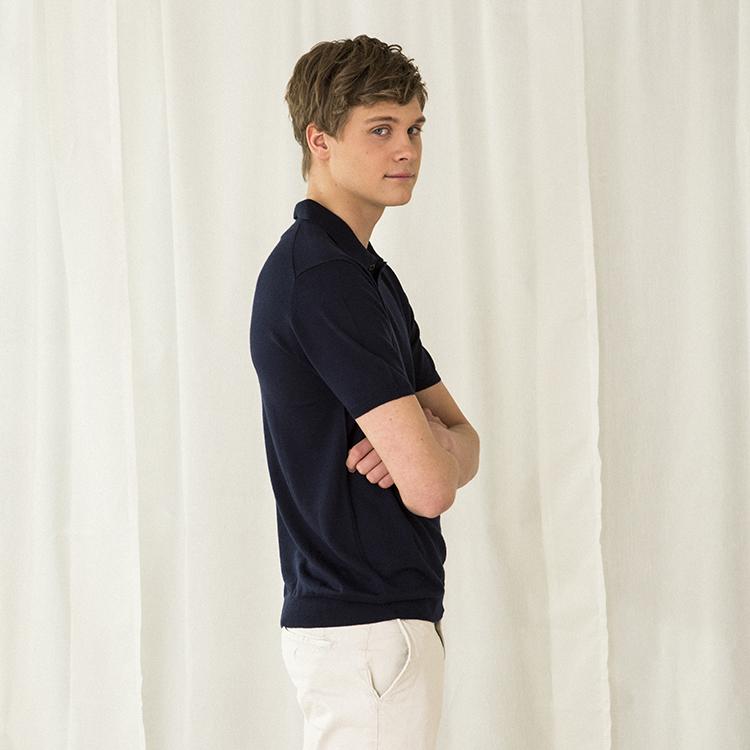 PETTER. Kortärmad krag t-shirt stickad i tunn kashmir. Marinblå