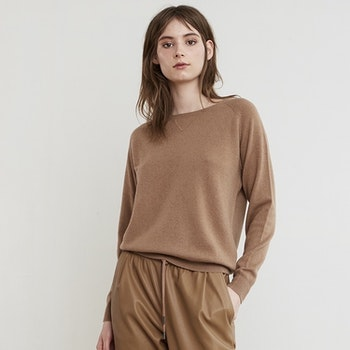 MAJA. College sweater in cashmere. Camel beige.