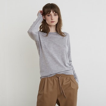 INEZ. Long-sleeved t-shirt knitted in thin cashmere. Light grey