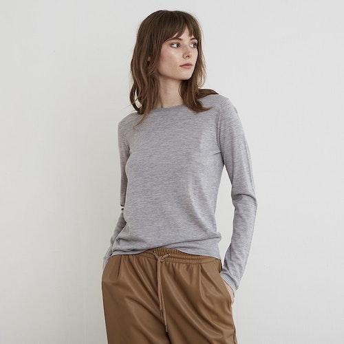 INEZ. Långärmad t-shirt stickad i tunn kashmir. Ljusgrå