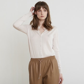 LINA. Classic cardigan knitted in thin cashmere. Beige.