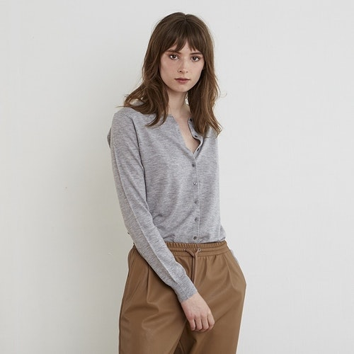 LINA. Classic cardigan knitted in thin cashmere. Light grey.