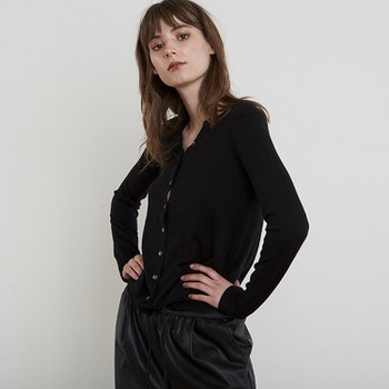 LINA. Classic cardigan knitted in thin cashmere. Black.