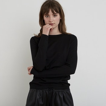 INEZ. Long-sleeved t-shirt knitted in thin cashmere. Black.