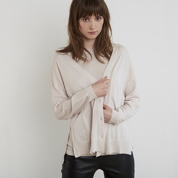 KARLA. Oversized cardigan knitted in thin cashmere. Light beige.