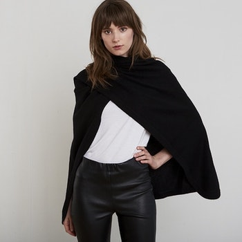 AGNES. Cape in 100% cashmere. Black