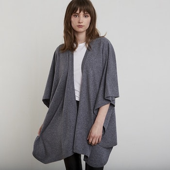 AGNES. Cape in 100% cashmere. Medium grey.