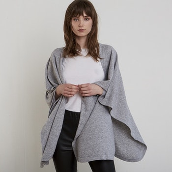 AGNES. Cape in 100% cashmere. Light grey.