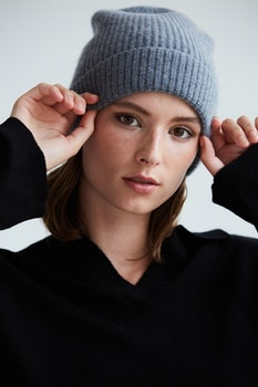 IRIS. Rib knit cashmere hat. Dark grey.